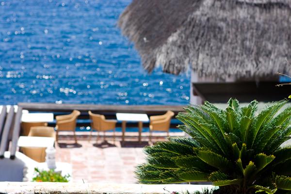 Terraza del restaurante en la playa Fañabe en Tenerife Sur