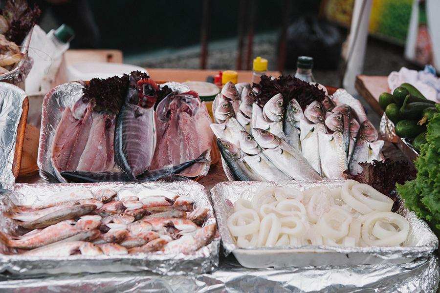 Comer pescado fresco en Estambul, Lena Karelova fotografía de viajes.