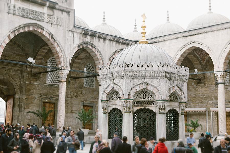Yeni cami - mezquita al lado de puente de galata. Lena Karelova fotografía de viajes