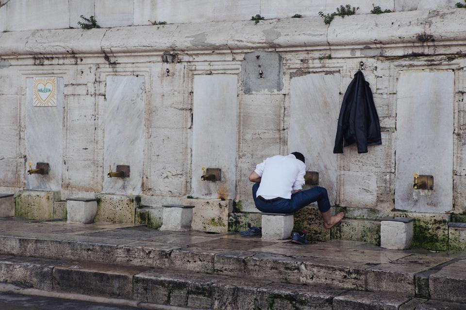 lavapies antes de entrar en la mezquita