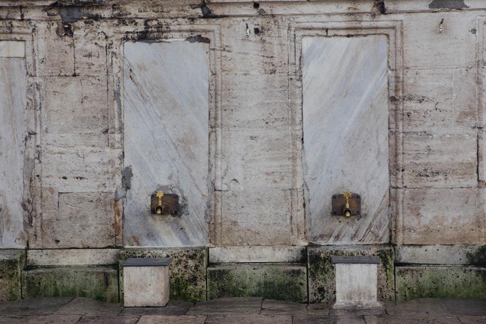 Lavadero para pies antes de entrar en la Mezquita, Estambul. Lena Karelova fotografía de viajes